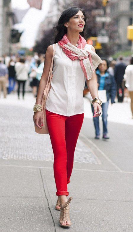 белая блузка и красные брюки